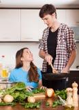 Mens en mooi meisje die samen koken Stock Foto