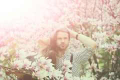 Mens en mooi meisje die van de bloesem van de magnoliabloem genieten royalty-vrije stock foto's