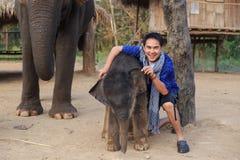 Mens en olifant Stock Foto's