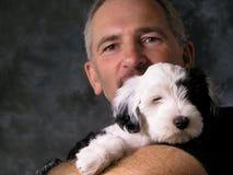 Mens en puppy Royalty-vrije Stock Afbeelding