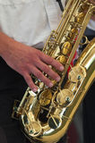 Mens en saxofoon royalty-vrije stock fotografie