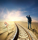 Mens en spoorweg in woestijn stock afbeeldingen