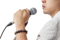 Mens en van de handholding de Microfoontribune zingt lied op whit Stock Foto's