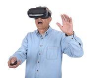 Mens en Virtuele Werkelijkheidsbeschermende brillen Royalty-vrije Stock Foto's
