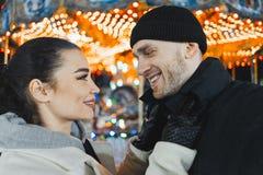 _mens en vrouw bij Kerstmis markt kijken bij elkaar en glimlachen Selfie royalty-vrije stock foto's