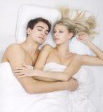 Mens en vrouwelijke vreemde slaap samen Royalty-vrije Stock Foto's
