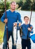 Mens en weinig jongen visserij Royalty-vrije Stock Afbeelding