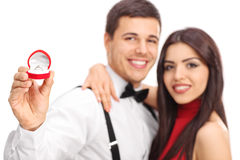 Mens en zijn fiancee die hun verlovingsring tonen royalty-vrije stock afbeelding
