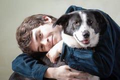Mens en zijn hond Stock Foto's