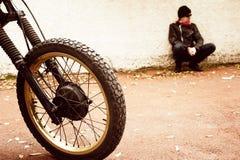 Mens en zijn motorfiets Royalty-vrije Stock Foto's