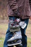 Mens en zoon die naar schaats gaan Royalty-vrije Stock Afbeeldingen