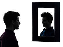 Mens ernstig voor zijn spiegelsilhouet Stock Afbeeldingen