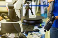 Mens of exploitant het holdingshoofd van geavanceerd technisch en moderne automatische 3d laser tast voor industri?le meten of om royalty-vrije stock fotografie