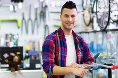 Mens in fietswinkel Stock Fotografie