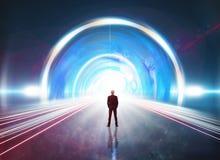 Mens in futuristische tunnel Stock Foto's