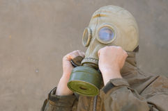 Mens in gasmask Stock Foto's