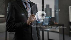 Mens gebruikend smartphone en online binnen werkend met speciale holografische elementen royalty-vrije illustratie