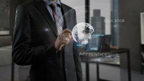 Mens gebruikend speciale app en werkend met holografische projectie aan smartphone stock footage