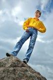 Mens in geel overhemd royalty-vrije stock fotografie