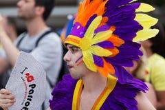 Mens in gekleurde veren bij Vrolijke trotsparade Stock Afbeeldingen