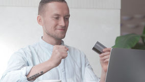 Mens gemaakte succesvolle online aankoop met creditcard stock foto's