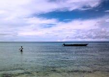 Mens genieten die op het overzees vissen Stock Foto