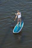 Mens geschoten paddleboarding, boven Stock Afbeelding