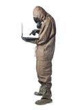 Mens in Gevaarkostuum die laptop met behulp van Royalty-vrije Stock Foto's