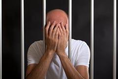 Mens in gevangenis wordt verontrust die Stock Foto