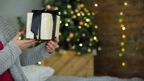 Mens Geven Huidig op de Langzame Motie van de Kerstmispartij stock video