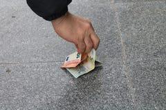 Mens gevonden geld Royalty-vrije Stock Afbeeldingen