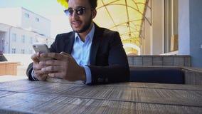 Mens geworden e-mail van reisbureau en het roepen telefonisch stock video