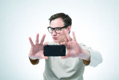 Mens in glazen door smartphone worden gefotografeerd die Royalty-vrije Stock Afbeeldingen