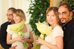 Mens in glazen en blond meisje met bloemenboeket Royalty-vrije Stock Fotografie