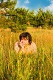 Mens in gras bij zonnige dag Royalty-vrije Stock Fotografie