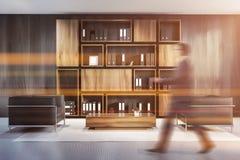 Mens in grijze houten bureauzitkamer royalty-vrije stock foto's