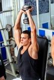 Mens in gymnastiektraining met geschiktheidsmateriaal Stock Foto's