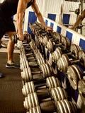 Mens in gymnastiektraining met geschiktheidsmateriaal Bebouwd schot Stock Afbeeldingen