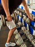Mens in gymnastiektraining met geschiktheidsmateriaal Bebouwd schot Royalty-vrije Stock Foto's
