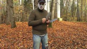 Mens in Halloween-masker en met twee messen stock video