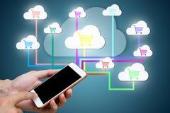 Mens hand& x27; s die slimme telefoon houden met verbindt met netwerk kleinhandelsli Royalty-vrije Stock Afbeelding