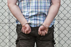 Mens in handcuffs stock afbeelding