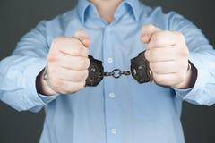 Mens in handcuffs en blauw overhemd Stock Afbeeldingen