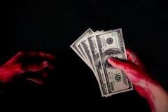 mens in handcuffs voor steekpenning wordt gearresteerd die royalty-vrije stock afbeeldingen