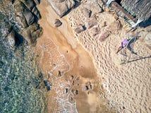 Mens in hangmat op een strand luchtmening stock fotografie