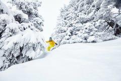 Mens in het backcountry snowboarding Stock Afbeelding