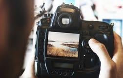 Mens het bekijken foto's op zijn camera Royalty-vrije Stock Foto