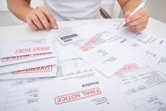 Mens het berekenen onbetaalde rekeningen Stock Fotografie