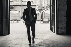 Mens het besteden tijd in donkere industriële zaal Royalty-vrije Stock Foto's