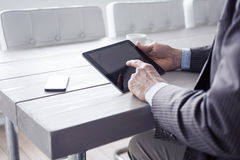 Mens in het bureau die tabletpc met behulp van Stock Foto's